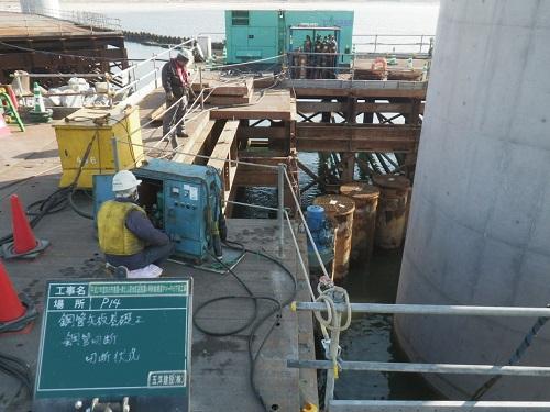 P14橋脚 鋼管矢板切断状況。1