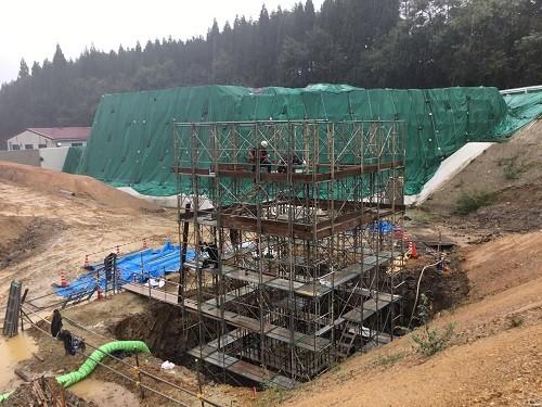 写真-5 人孔施工箇所 足場組立状況